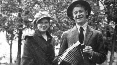 Сергей Есенин с сестрой Екатериной на Пречистенском бульваре, 1925 год