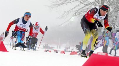 Россиянка Светлана Коновалова соревнуется в смешанной эстафете на Зимних Паралимпийских играх 2014 в Сочи