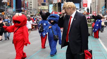 Мужчина, изображающий Дональда Трампа, на Таймс-сквер в Нью-Йорке.