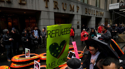Протесты против миграционной политики Трампа у здания Trump Tower в Нью-Йорке.