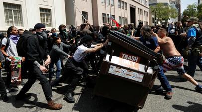 Столкновения между антифашистами и консерваторами в Беркли