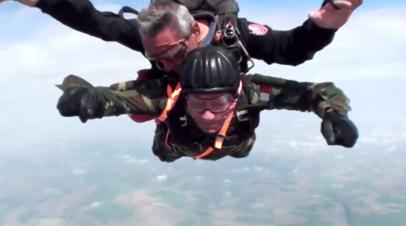 Прыжок с парашютом в 96 лет