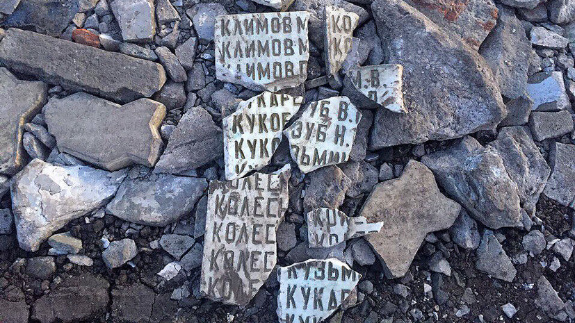 Кощунство или провокация: под Омском дорожную яму засыпали осколками мемориальной плиты