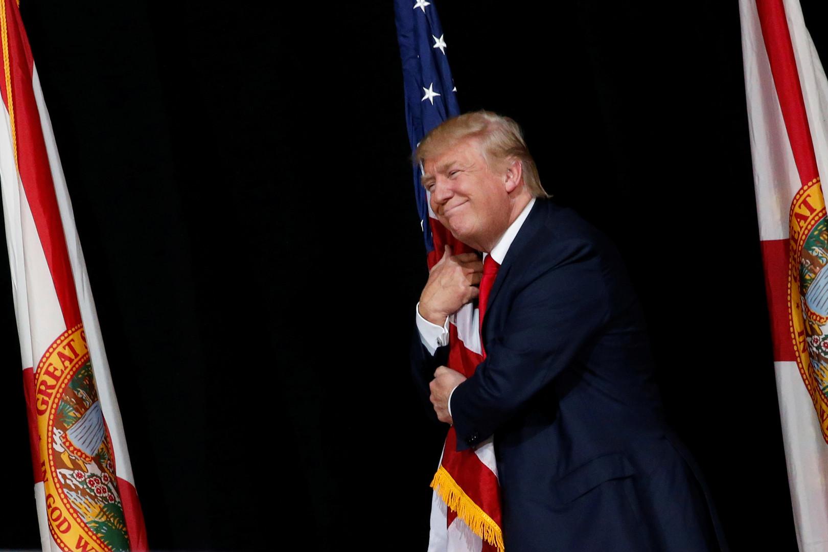 Клинтон тренировалась уклоняться от объятий Трампа перед дебатами