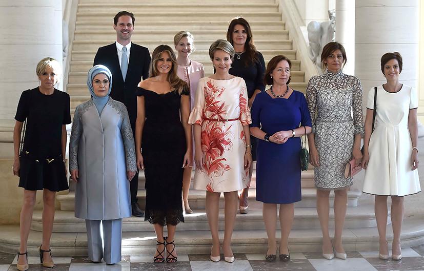 Муж премьера Люксембурга позировал на фото с жёнами лидеров НАТО