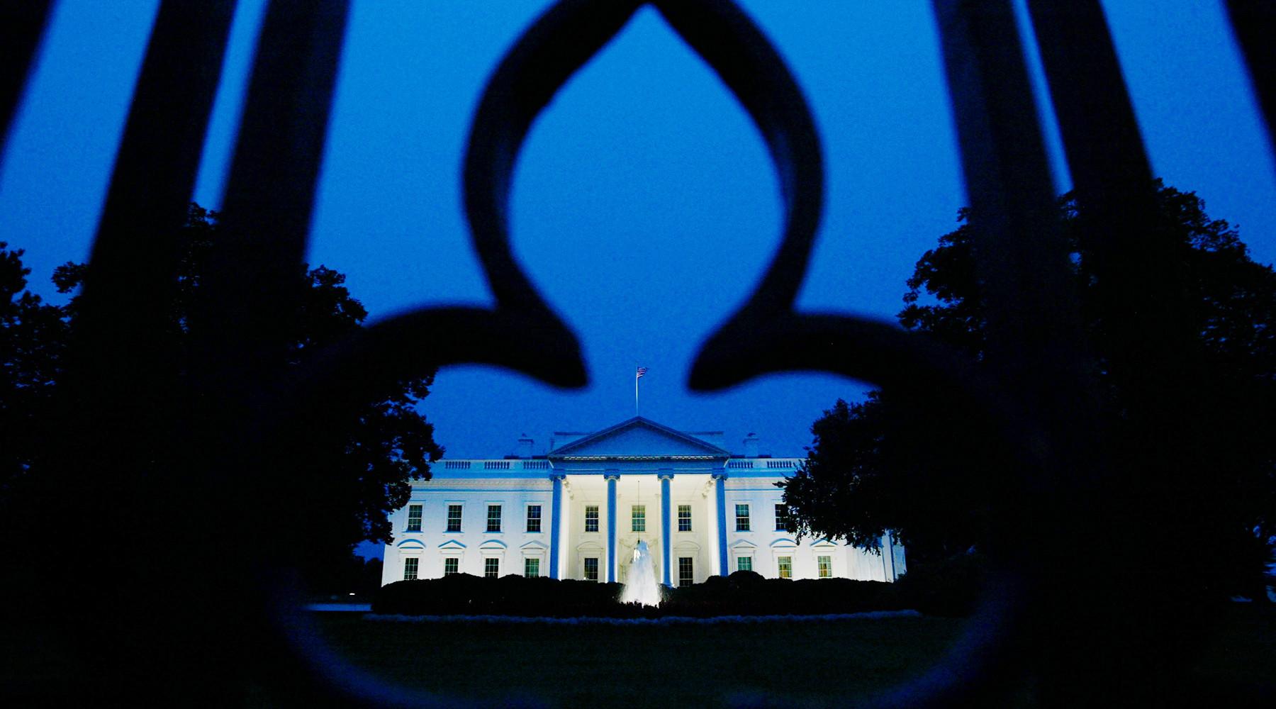 Пользователи соцсетей обсуждают красные вспышки в Белом доме