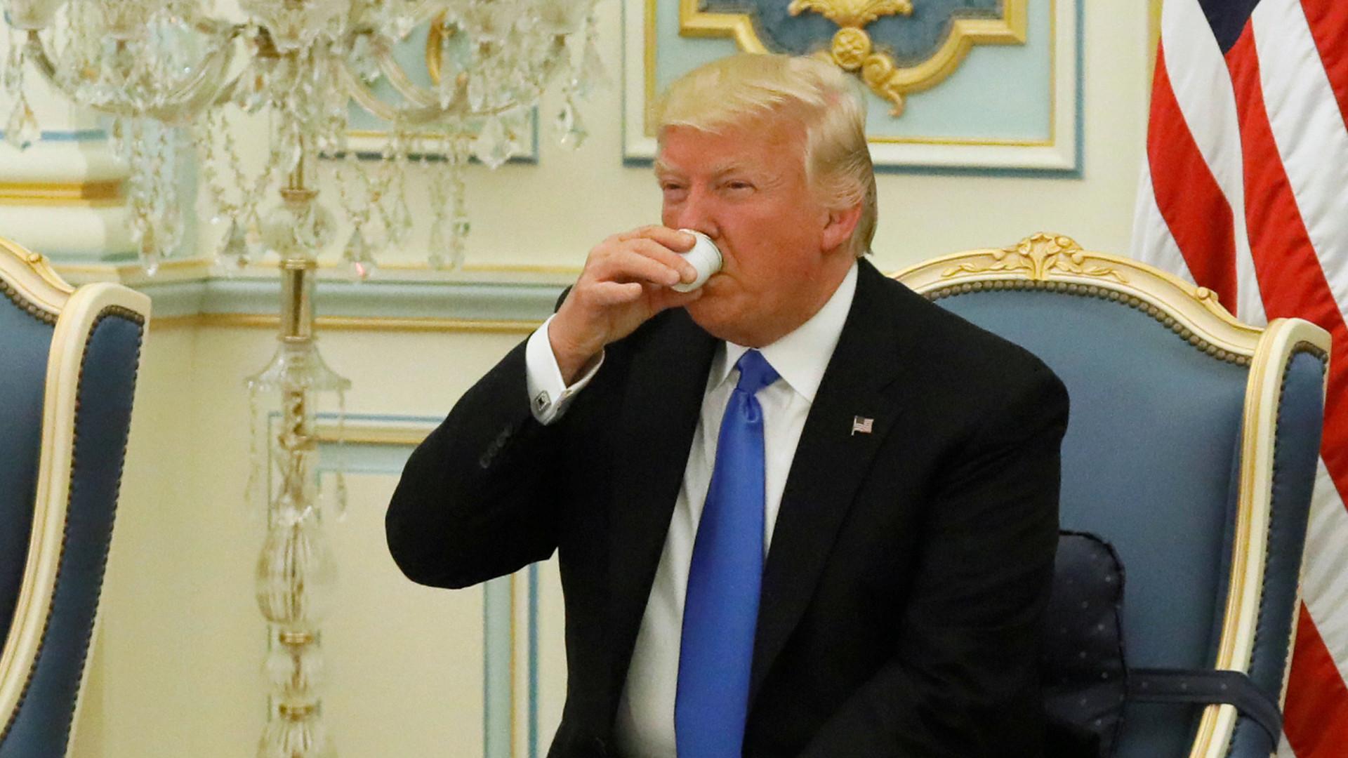 «Тайное письмо  русским»: Клинтон пошутила над опечаткой Трампа в социальная сеть Twitter