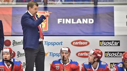 Главный тренер сборной России по хоккею Олег Знарок (второй слева) во время матча Евротура с Чехией