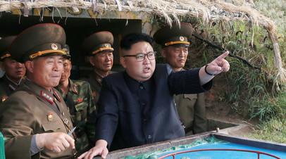 Лидер Северной Кореи Ким Чен Ын в окружении военнослужащих КНДР.