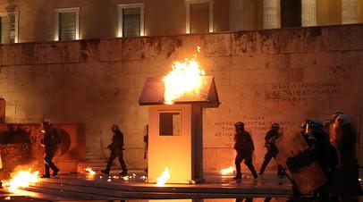 Зажгли у парламента: протестующие в Афинах закидали полицейских «коктейлями Молотова»