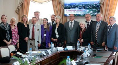 Шэрон Теннисон и глава администрации Симферополя Геннадий Бахарев (в центре справа налево) на встрече в Симферополе в рамках визита делегации из США в Крым