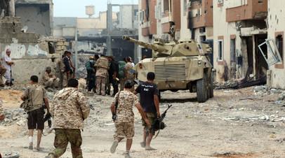 Силы, лояльные правительству национального единства Ливии, на линии фронта в городе Сирт.