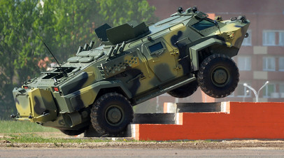 Мобильное бронированное транспортное средство «Кайман» белорусского производства на 8-й Международной выставке вооружений и военной техники Milex—2017 в Минске