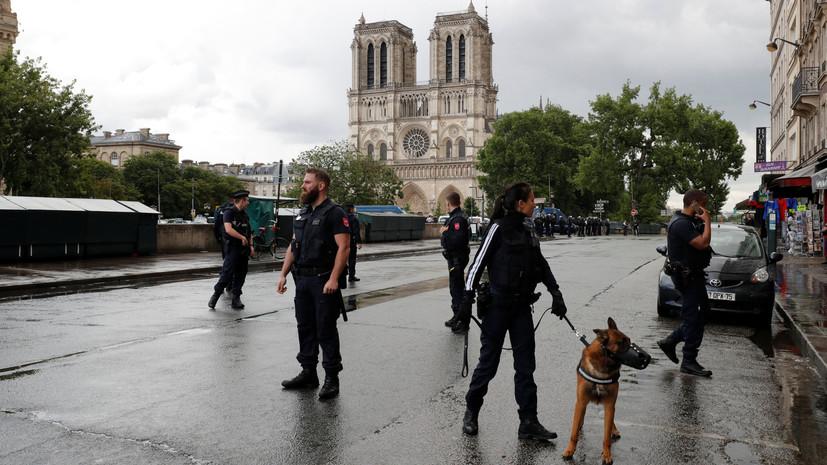 «Это вам за Сирию!»: мужчина с молотком напал на полицейского в центре Парижа