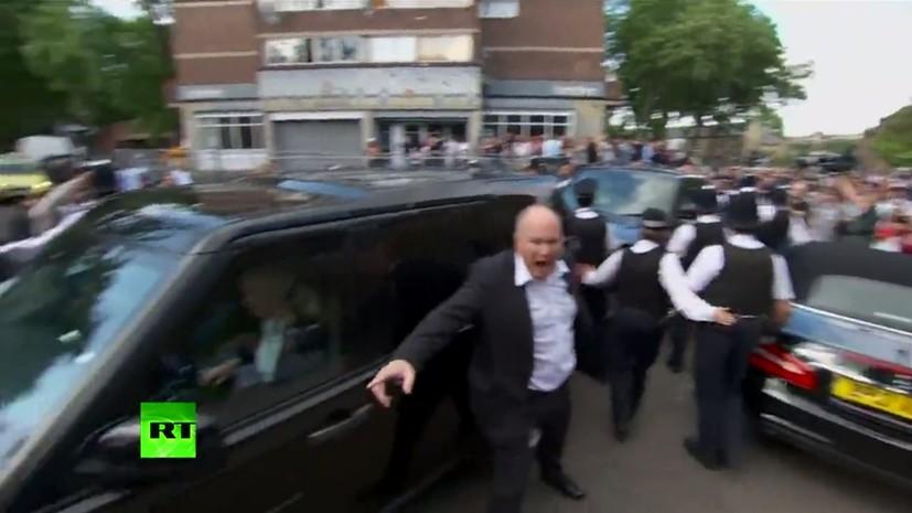 Тереза Мэй была вынуждена покинуть встречу с митингующими под защитой полиции