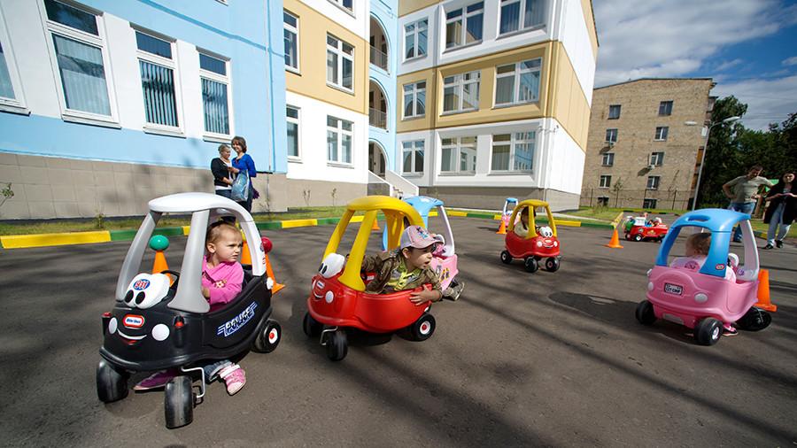 Мест нет: в России предлагают платить компенсацию родителям, чьих детей не взяли в детсад