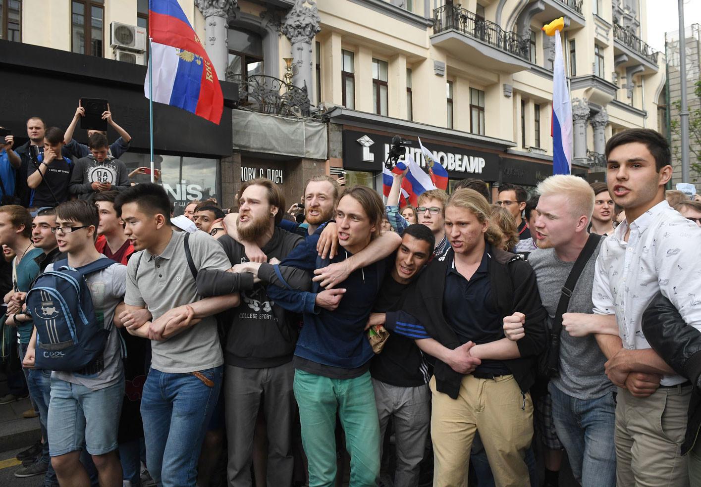 «Жестокая провокация»: пользователи соцсетей и оппозиционеры об акции Навального на Тверской