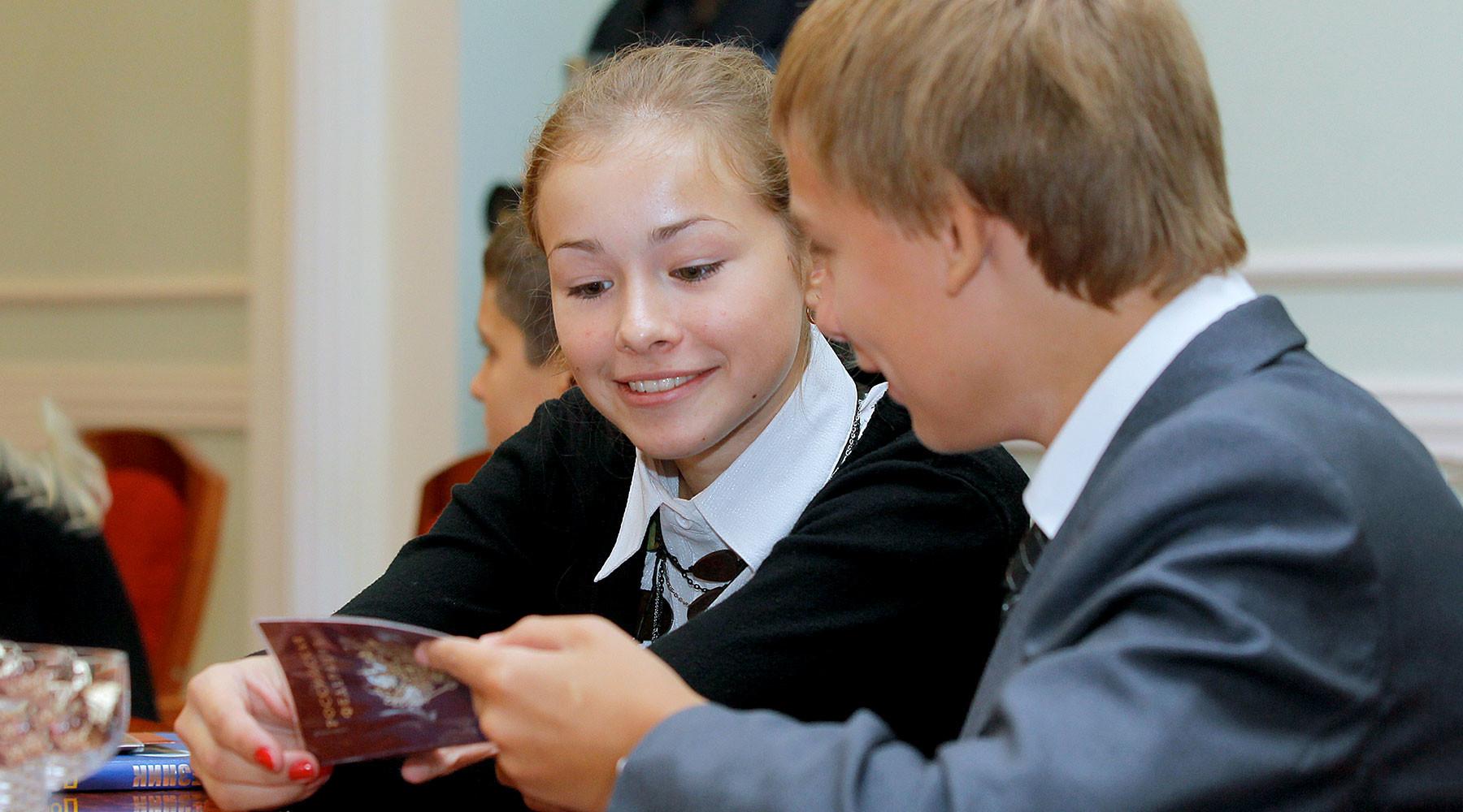 в России предлагают ввести клятву на верность Отечеству для получающих паспорт в 14 лет
