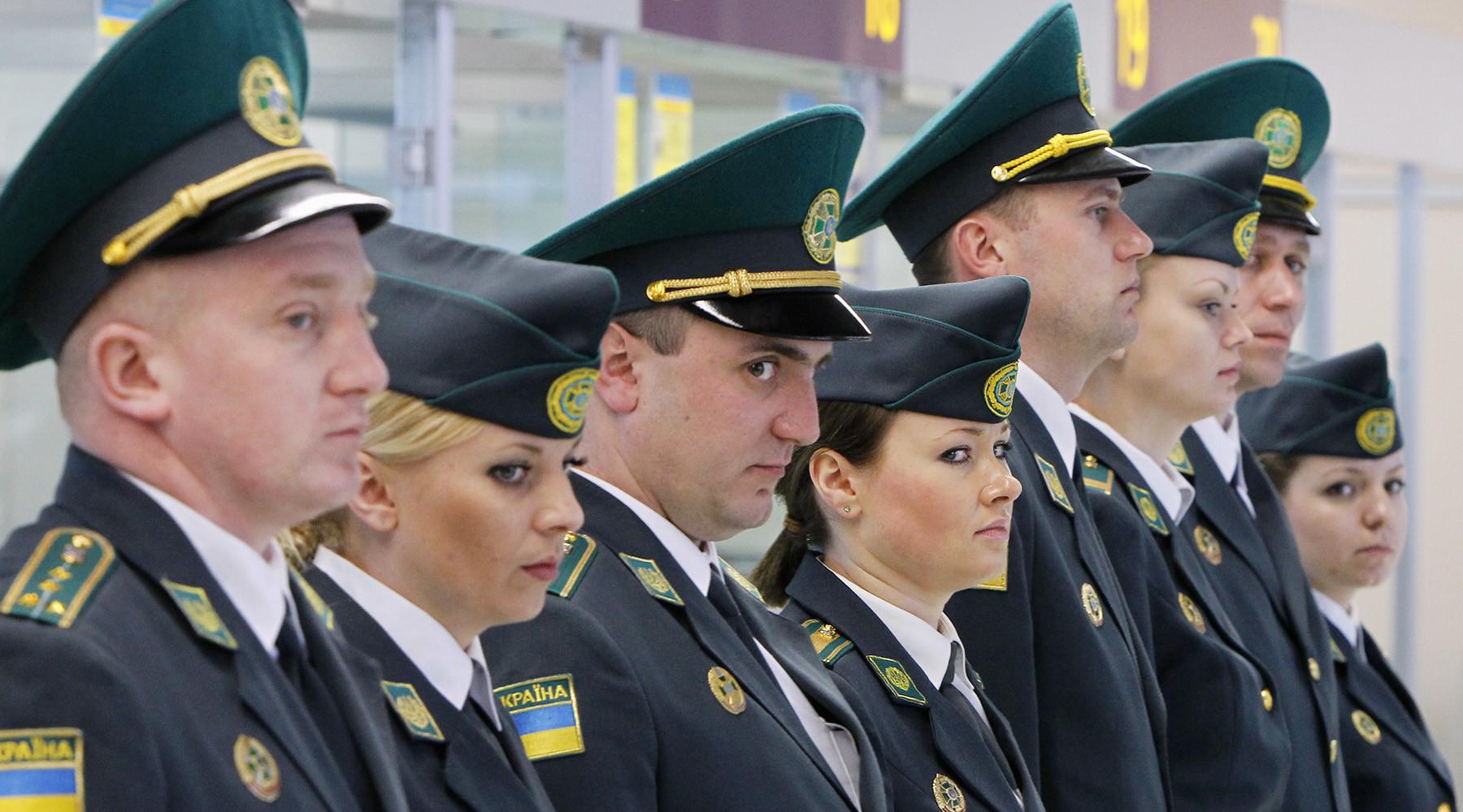 Турчинов предложил пускать россиян на Украину по биометрическим загранпаспортам