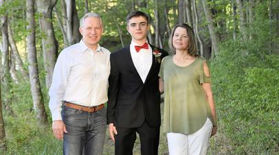 Артём Зиберов с мамой Юлией и отчимом Уильямом.