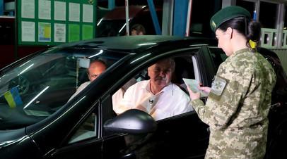 Сотрудница пограничной службы Украины на украинско-польской границе