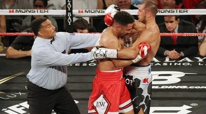 Российский боксёр Сергей Ковалёв (справа) в бою с Андре Уордом