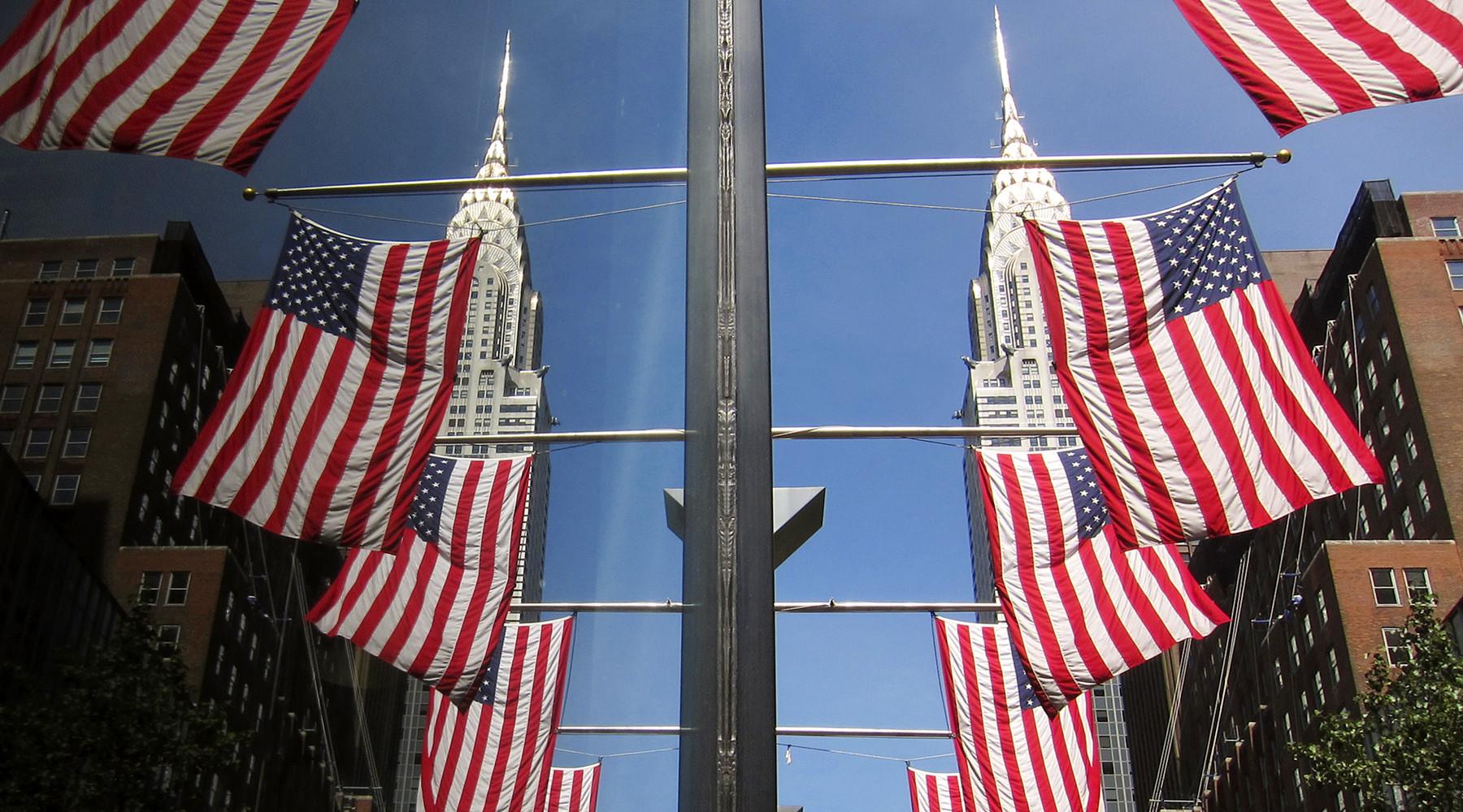 В конгрессе США  требуют закупать американские флаги, изготавливаемые только в Штатах