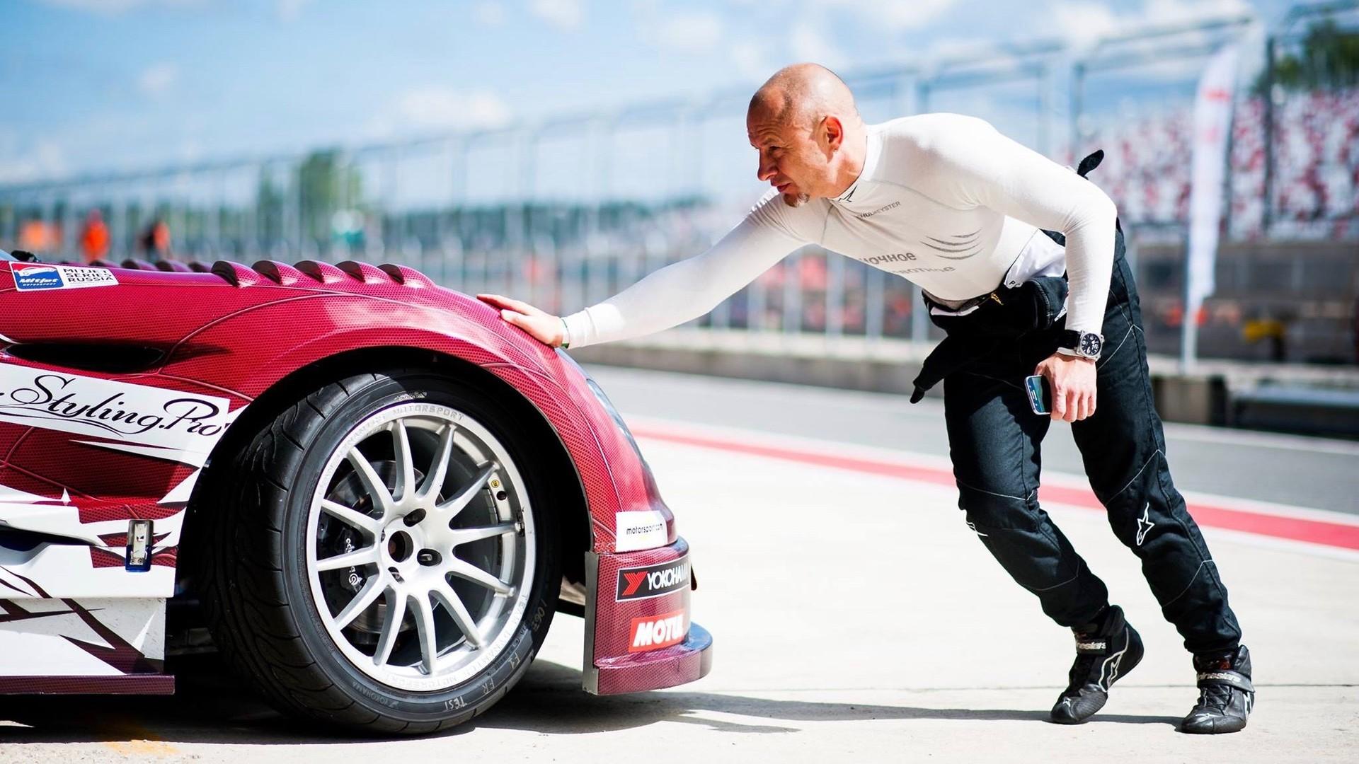 «Культуре вождения нужно учиться с детства»: российский гонщик Шульмейстер — о быстрой езде по улицам и гонках Mitjet