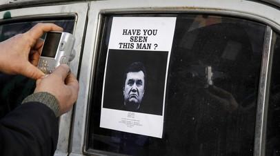 Фото Виктора Януковича — их развесили на улицах города после его отъезда