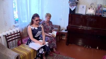 Диплом на двоих: 75-летняя бабушка помогла слепой внучке получить высшее образования