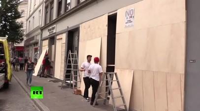 Владельцы кафе и магазинов заколачивают витрины в ожидании новых беспорядков в Гамбурге