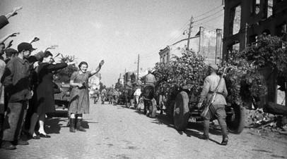 Освобождение Польши от немецко-фашистской оккупации. Город Белосток освобождён 27 июля 1944 года войсками 2-го Белорусского фронта в ходе Белостокской операции. Жители города Белосток приветствуют советских воинов-освободителей.