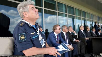 Виктор Бондарев наблюдает за полетами пилотажных групп во время посещения МАКС-2017.