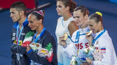 Российские синхронисты Александр Мальцев и Михаэла Каланча (справа) во время церемонии награждения на чемпионате мира по водным видам спорта