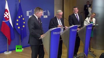 Глава Еврокомиссии на пресс-конференции сбросил звонок от Меркель, подумав, что звонит жена