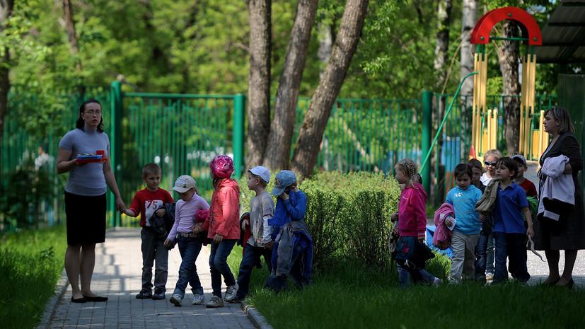 Сверхурочные, уборка территории и покраска качелей: 76% воспитателей детских садов перерабатывают