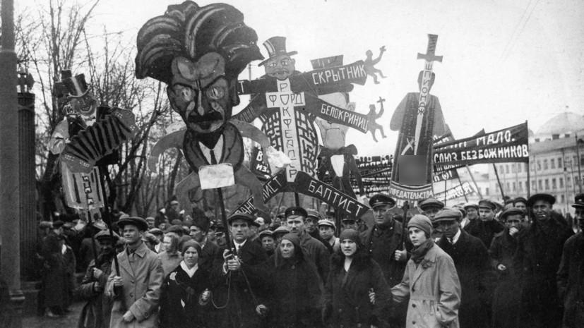 Антирелигиозная демонстрация у Александровского сада 1928  /  © Д. Дебабов/pastvu.com