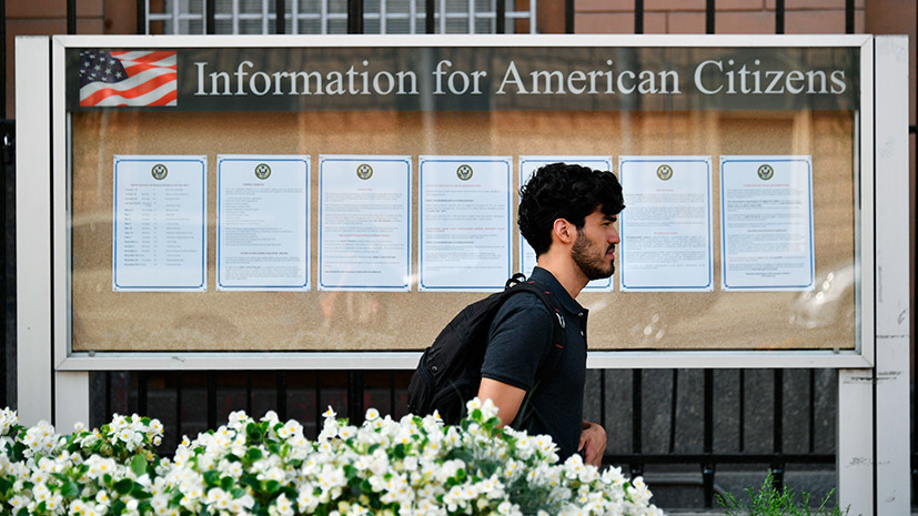 У посольства США в Москве выстроилась очередь из желающих получить визу