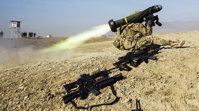 Солдат США  запускает ракетную систему «Джавелин»