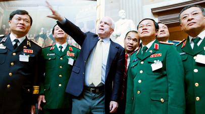 Джон Маккейн с вьетнамскими военными
