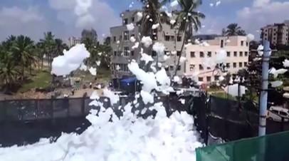 Опасность в воздухе: токсичная пена на улицах индийского города