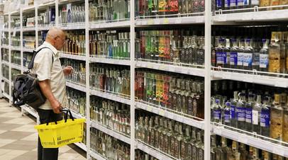 Покупатель в одном из супермаркете в Киеве