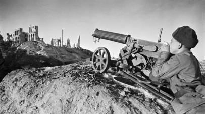 Пулеметчик В.Пчельнецов ведёт огонь по врагу.