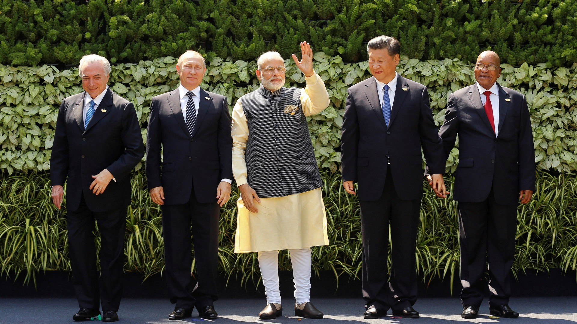 Вместе против доллара: чем вызван активный интерес к саммиту БРИКС