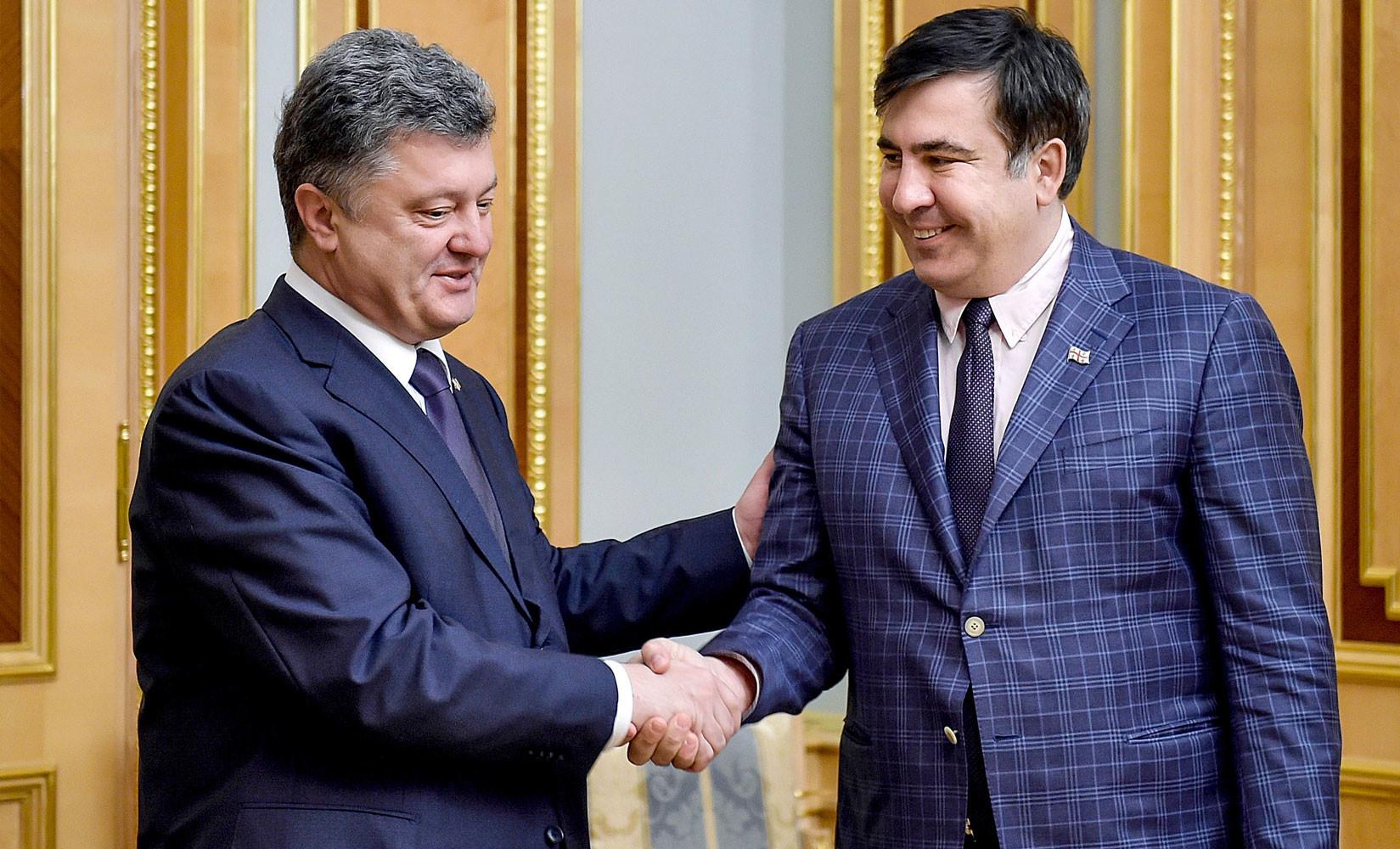 Деньги, паспорт, новые силы: Саакашвили подписал протокол о незаконном пересечении границы Украины