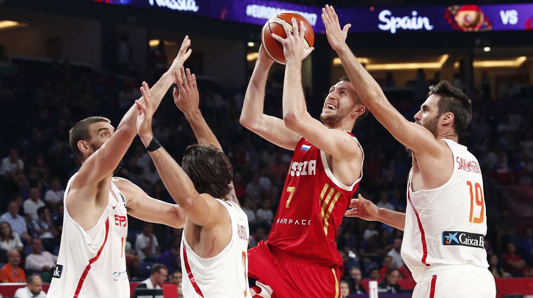 Сборные России и Испании встречаются в матче за третье место ЧЕ по баскетболу