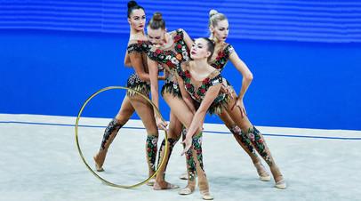 Спортсменки сборной России выполняют упражнения с обручем в групповом многоборье