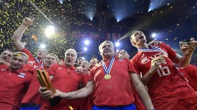 Российские волейболисты во время церемонии награждения