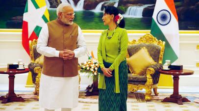 Премьер-министр Индии Нарендра Моди и государственный советник Мьянмы Аун Сан Су Чжи беседуют перед встречей в Президентском дворце