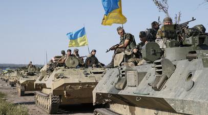 Украинские военнослужащие едут на бронемашинах под Славянском